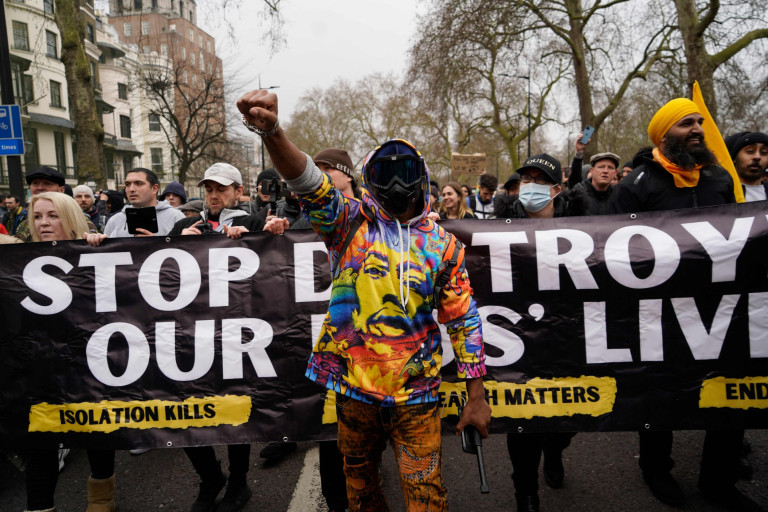 Protesters against the coronavirus lockdown restrictions march in central London on March 20, 2021. (Photo by Niklas HALLE'N / AFP) (Photo by NIKLAS HALLE'N/AFP via Getty Images)