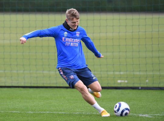 Martin Odegaard passes the ball in Arsenal training