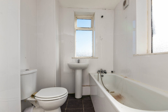 bathroom in £1 flat