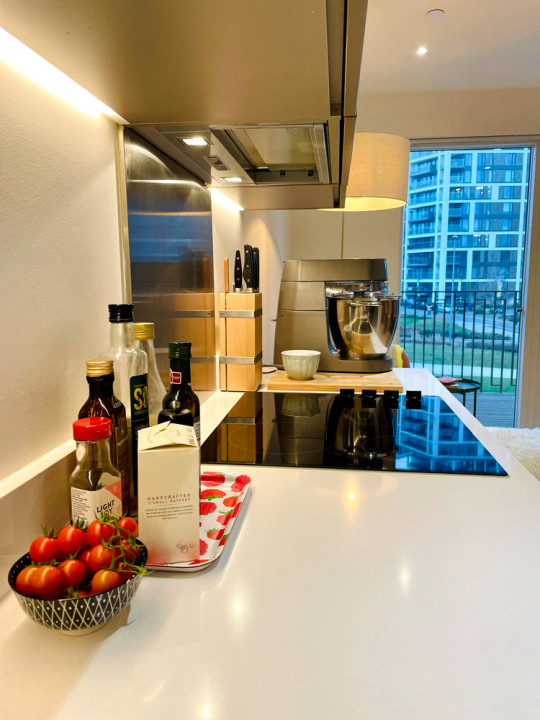 What I Rent: Clara and Florian - tomatoes, vinegar, hob in kitchen