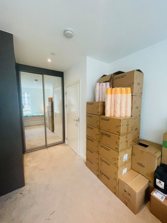 What I Rent: Clara and Florian - boxes of cups in bedroom