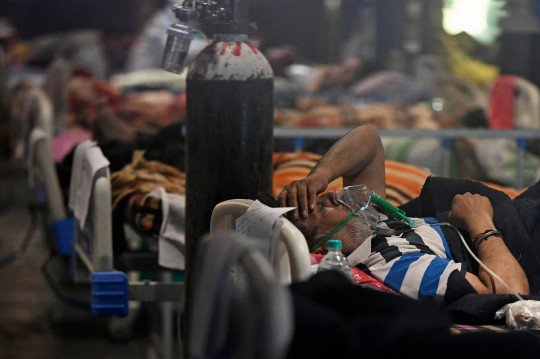 Covid-19 coronavirus positive patients are seen inside a banquet hall temporarily converted into a covid care centre in New Delhi on April 29, 2021. (Photo by TAUSEEF MUSTAFA / AFP) (Photo by TAUSEEF MUSTAFA/AFP via Getty Images)