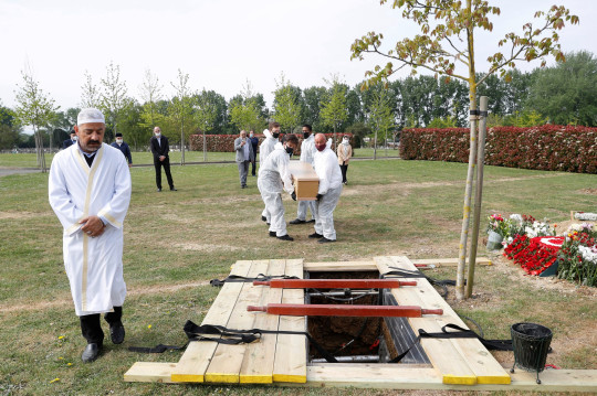 The coffin of Ozcan Aygin, who died from coronavirus disease (COVID-19), is carried by funeral workers wearing face masks and protective coveralls during his funeral at Chadwell Heath Cemetery in Romford, Britain, April 27, 2020. Picture taken April 27, 2020. To match Special Report HEALTH-CORONAVIRUS/BRITAIN-ELDERLY REUTERS/Peter Nicholls