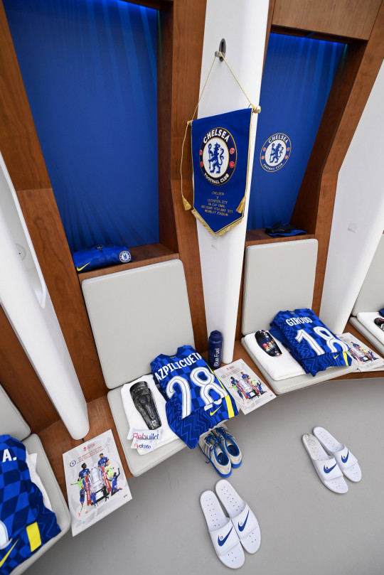 Chelsea's pennant was place next to Cesar Azpilicueta's kit before kick off
