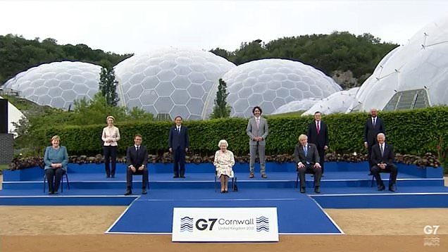 The Queen poses for family photo with G7 leaders