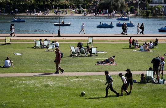 Visitors to Hyde Park enjoy the sunshine in London, Britain, May 31, 2021. REUTERS/Peter Nicholls