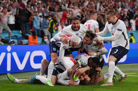 England players celebrate Harry Kane's penalty against Italy